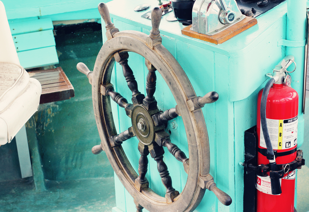 steering-wheel-old-boat