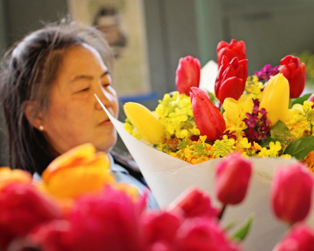 woman-making-flower-arrangements-pikes-market