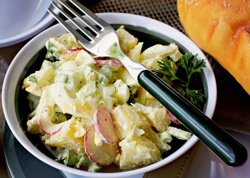 homemade-potatoe-salad-for-picnic-basket