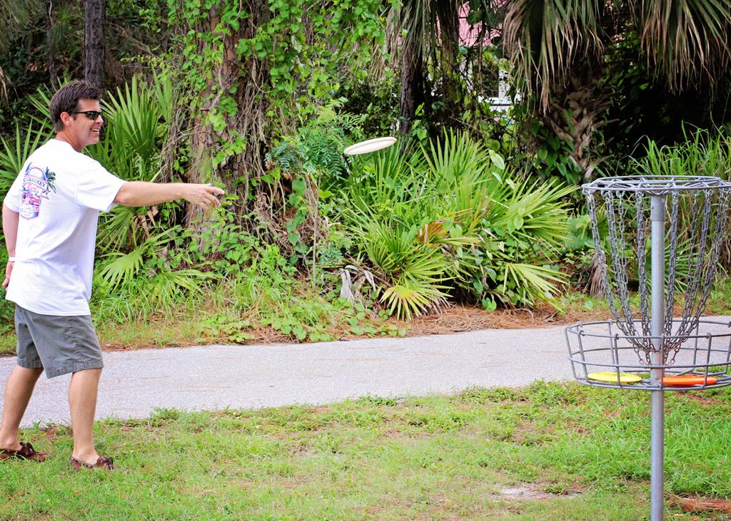 throwing-disc-golf-fresbie