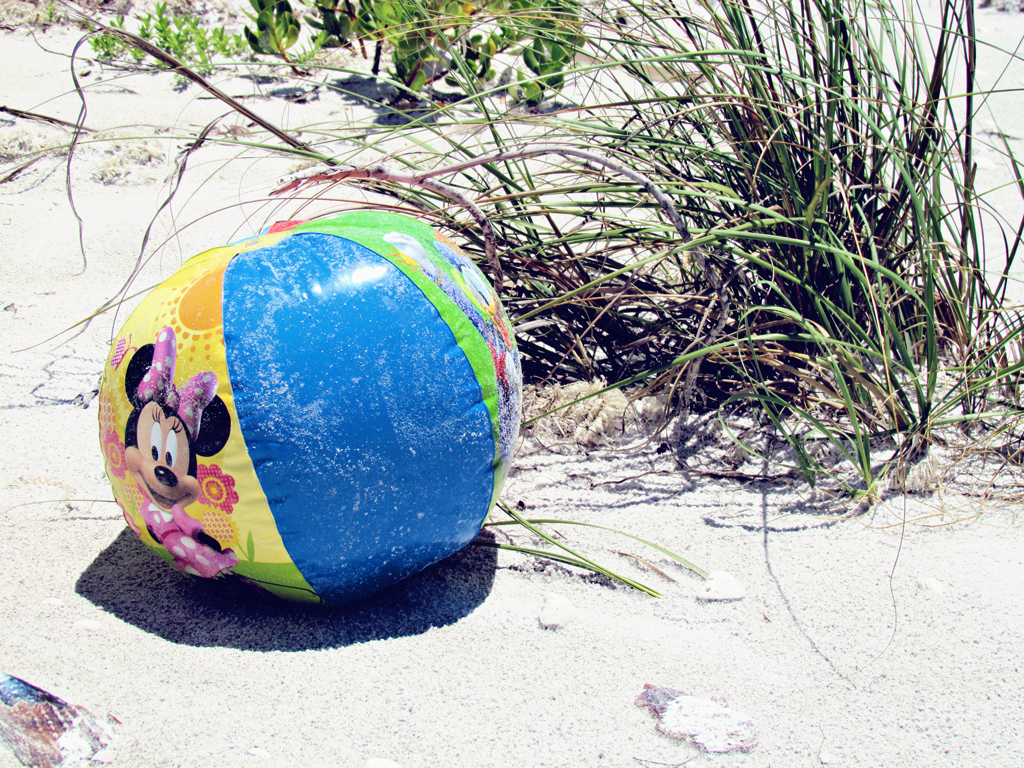 minnie-mouse-beach-ball-on-beach