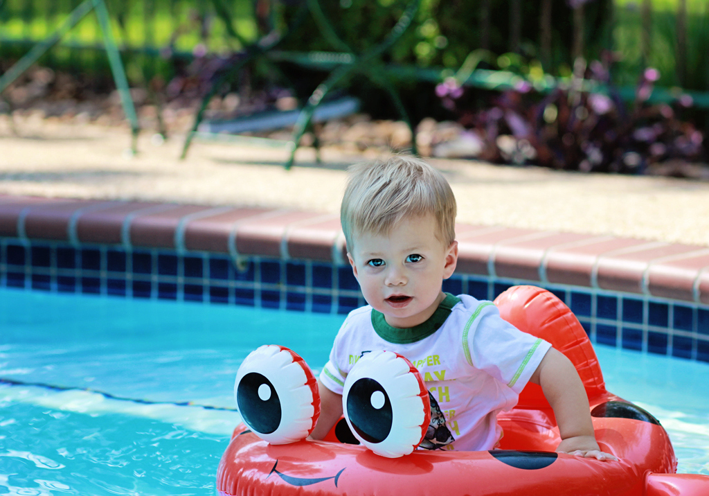 22-month-old-baby-lifestyle-portrait-swimming-pool2