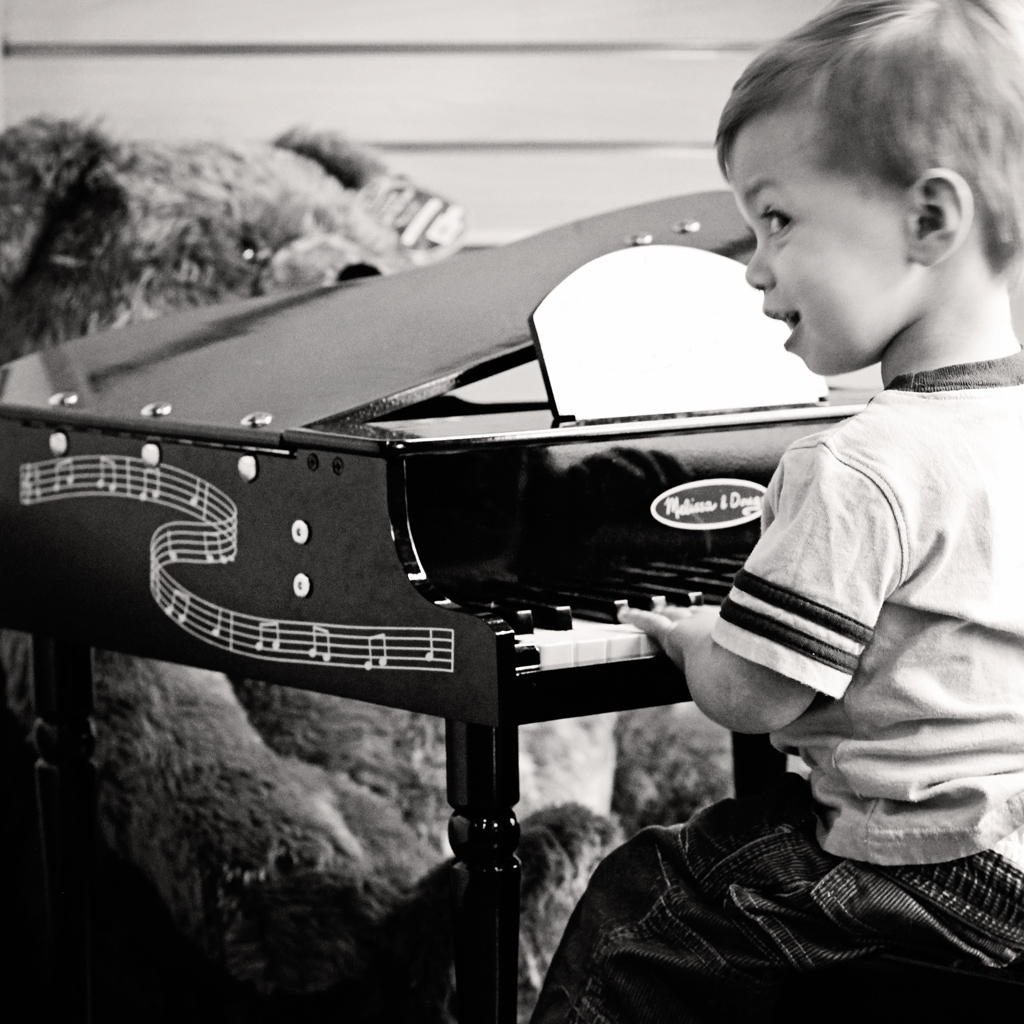 look-mom-I-am-playing-the-piano