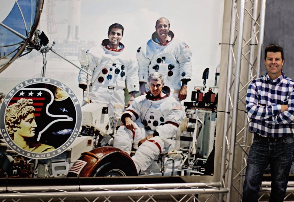 matt-with-astronaunts-display-space-center-houston