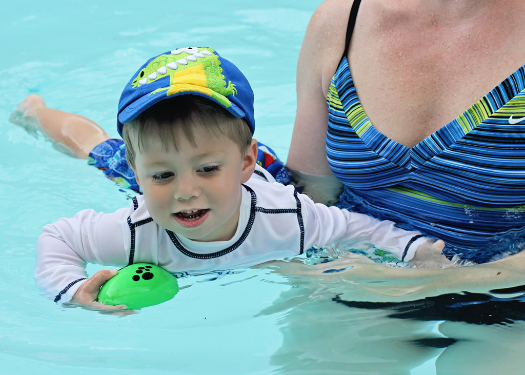 2-year-old-swimming-in-pool-lifestyle-photography