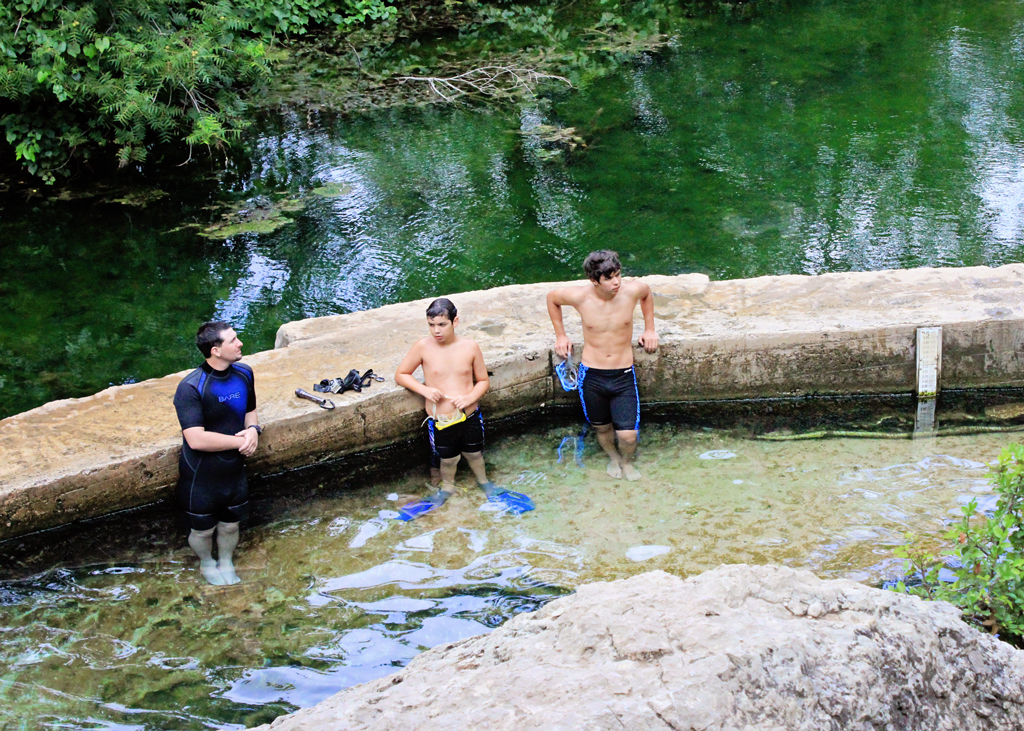 snorkeling-in-jacobs-well