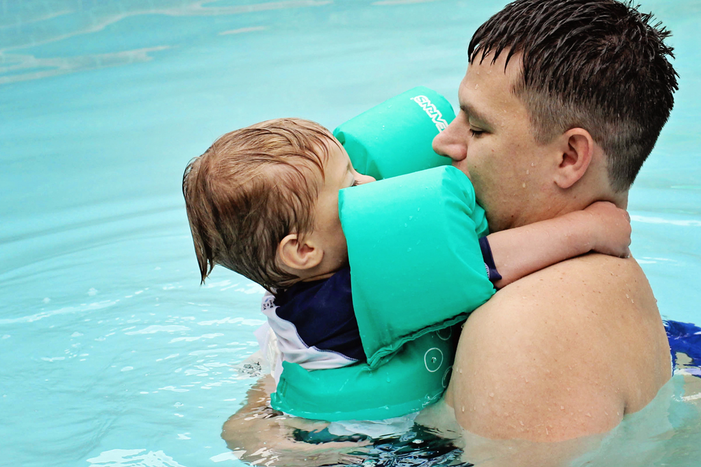 nolan-daddy-hugging-in-pool