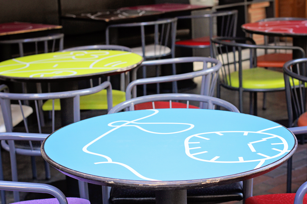 piola-restaurant-patio-tables-outside